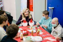 Η Μαριάννα Β. Βαρδινογιάννη φτιάχνει χειροτεχνίες με τα παιδιά της Μονάδας